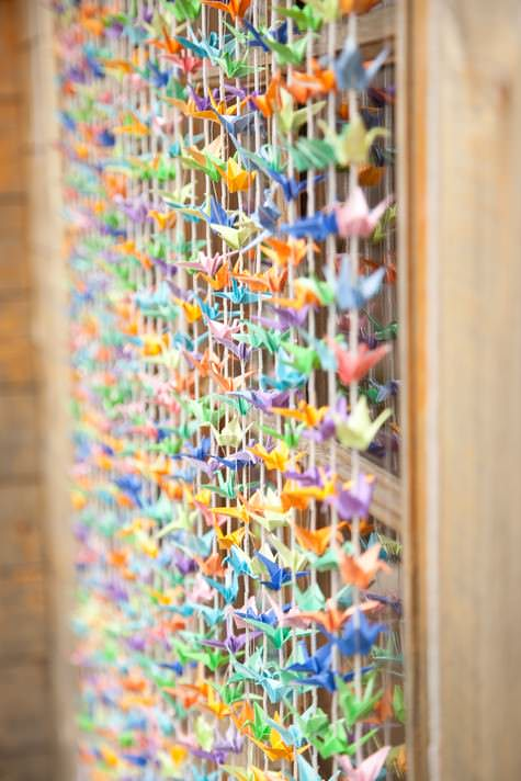 Diy tutorial 1000 paper cranes backdrop by boho bride for 1000 paper cranes wedding decoration