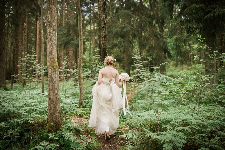 Outdoor Swedish Wedding bride in the woods in Göteborg By Loke Roos Photography
