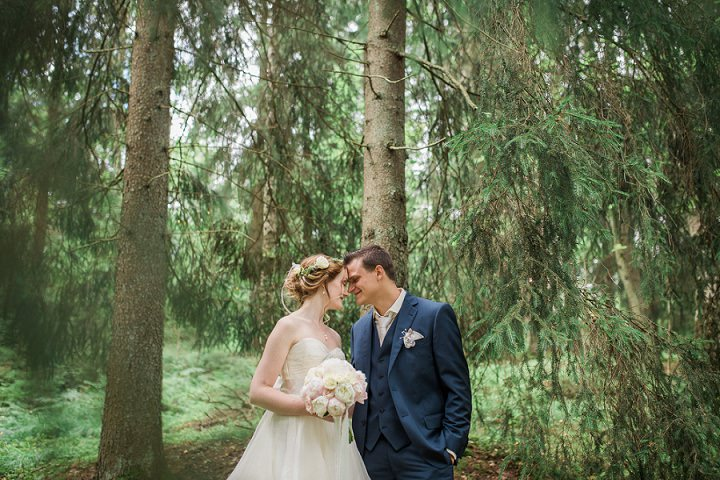 Outdoor Swedish Wedding with bride and groom in the woods in Göteborg By Loke Roos Photography
