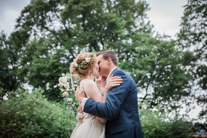 Outdoor Swedish Wedding man and wife in Göteborg By Loke Roos Photography