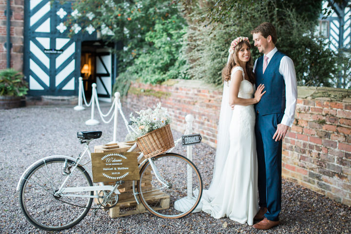 Rustic chic barn wedding in suffolk by lola rose photography for Decoration jardin velo